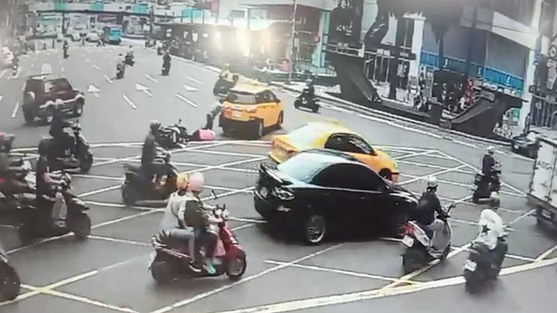 基隆車禍 司機肉身擋車2人壓車底
