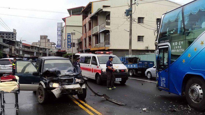阿里山公路游览车与吉普车相撞 1驾驶命危