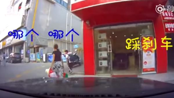 刹车!湘男绝望5连吼 妻仍驾车撞店铺(视频)