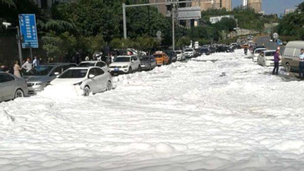 西安街頭驚現白色刺鼻泡沫 整條路被埋