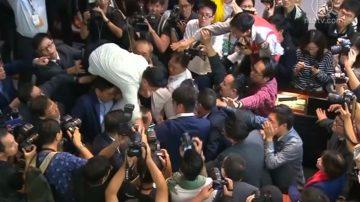 【禁闻】反引渡恶法 港泛民议员力阻建制派会议