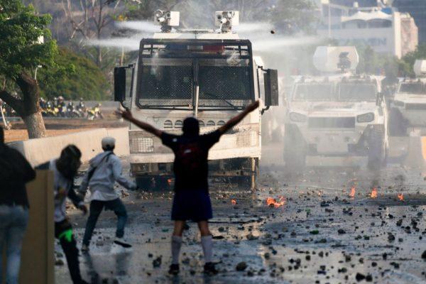 委内瑞拉冲突加剧 1女中弹身亡27人伤