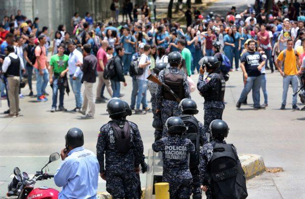 委内瑞拉局势转缓 瓜伊多吁在军事基地和平示威