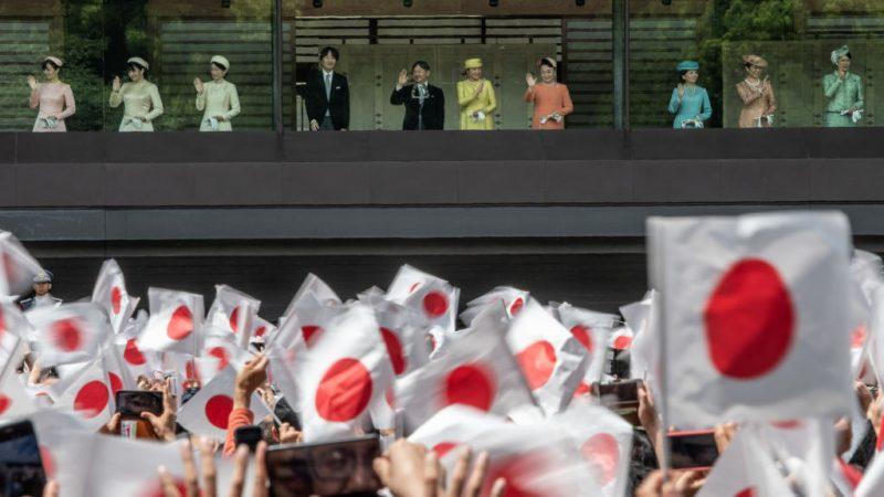 日王德仁接受朝贺 人潮从王居排到东京车站