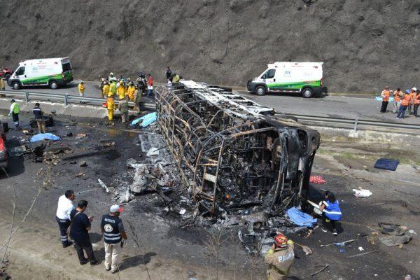 墨西哥死亡车祸 烈焰吞噬巴士至少21死30伤