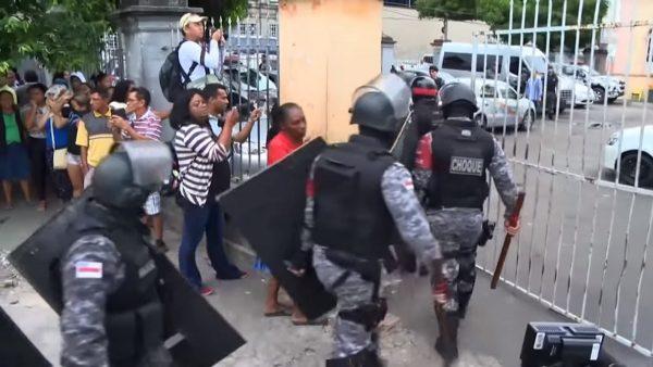 巴西囚犯互殴酿15死 家属监狱外示威