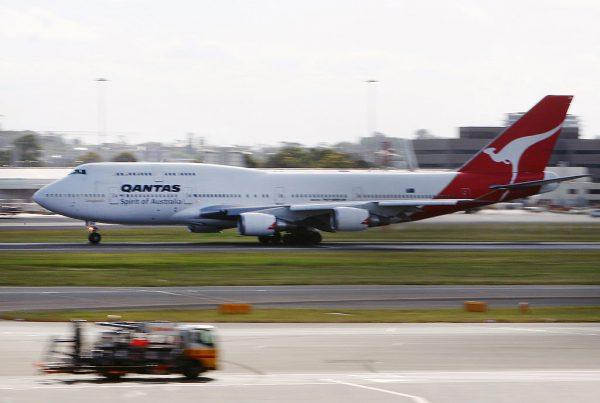 空中引擎傳巨響爆火光 澳航波音747急降凱恩斯