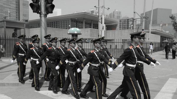 北京下令播出70部反美片  美驻华使馆狼狗巡逻