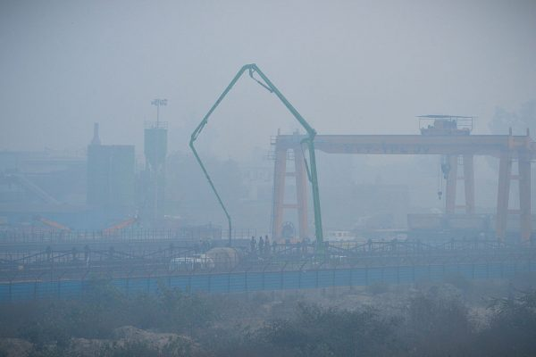 PM2.5浓度飙出4倍 印度德里一片雾茫茫