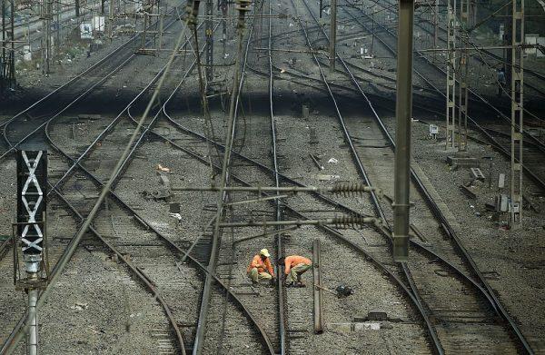 铁轨玩自拍 火车来了左右跳 印度3青年遭辗毙