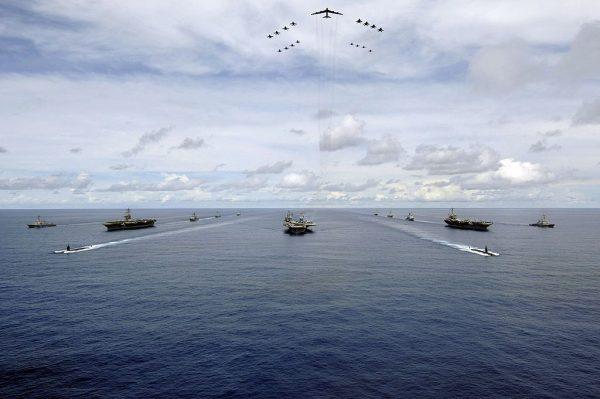 警告伊朗勿妄动 美派航母打击群和轰炸机赴中东