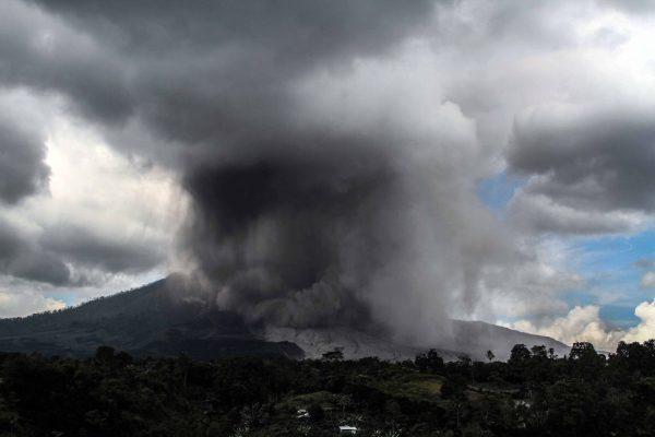 印尼西纳彭火山喷发 碎屑覆盖村庄 民众习以为常