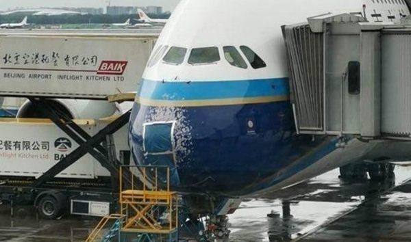 北京突降冰雹 客机降落遭袭 挡风玻璃破裂