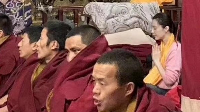 范冰冰现身西藏寺庙 憔悴消瘦低调祈祷