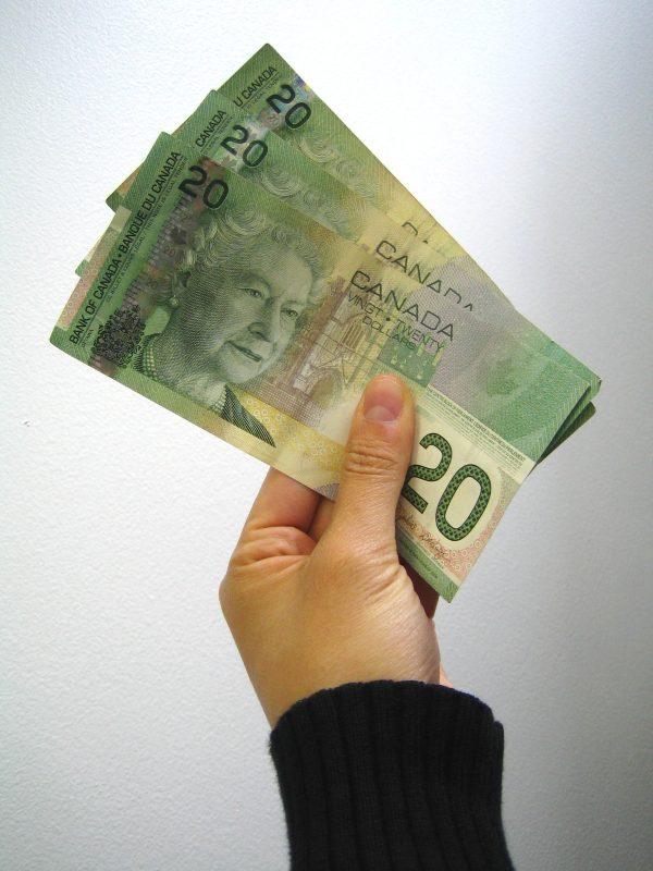 加国退休老人领福利 家中却搜出300万现金