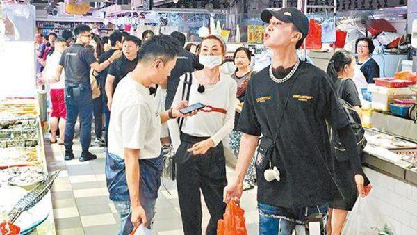 张曼玉带范丞丞现身菜市场 买菜讲价