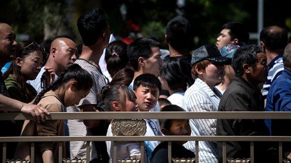 中国五一长假:高速拥堵10公里 餐馆排队8千桌