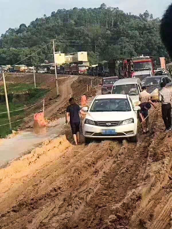堵死!廣西玉林陸川二級路成了「網紅路」,大雨後爛成泥巴路,堵到崩潰……