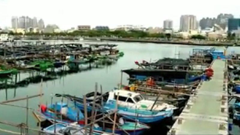 台南女驾驶开车冲进安平渔港 被救出送医