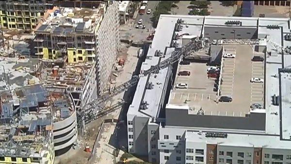 德州達拉斯強風暴雨 吹斷吊車砸中公寓釀1死6傷