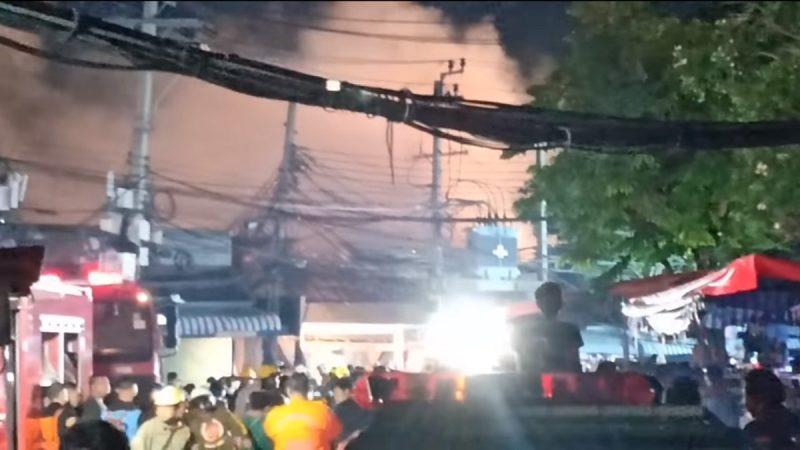 曼谷热闹市集大火 30间店铺受波及