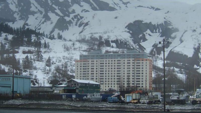 美国迷你版小镇 214人全塞在一栋14层大楼