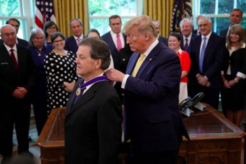 餐巾紙上畫了張圖 川普授予他總統自由勳章