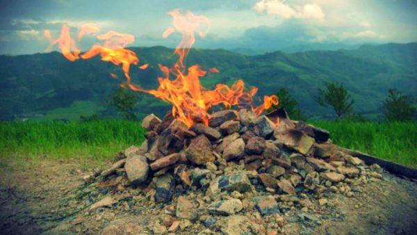 """世界最小""""火山""""仅1.2米 人们常用它烧烤"""