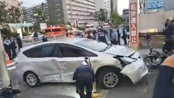 高龄者开车冲进人行道 日大阪超市旁4人受伤