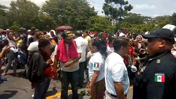 阻移民祭關稅有效 墨西哥封路攔上千移民(視頻)