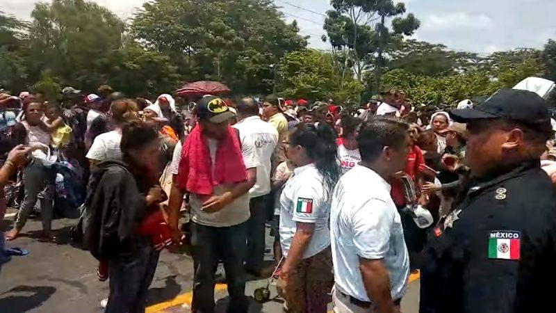 阻移民祭关税有效 墨西哥封路拦上千移民(视频)