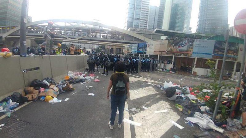 港妈劝港警影片疯传:不想这里变天安门广场!(视频)