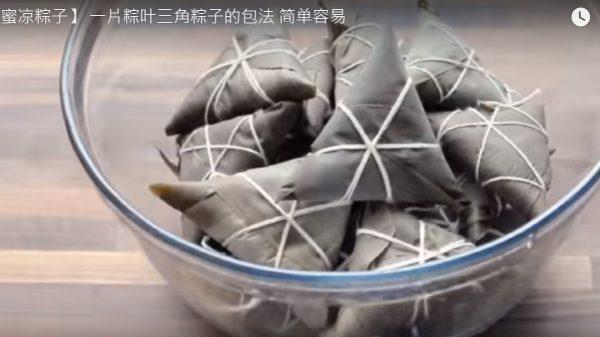 一片粽叶包出蜂蜜凉粽子 好吃受欢迎(视频)