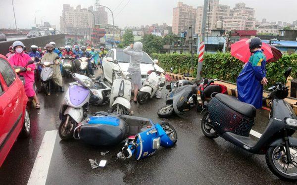 新北轿车误踩油门 撞10辆机车酿5伤