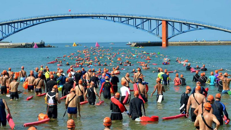 泳渡澎湖湾 78岁选手溺毙 戒护舟被潮流带离救回