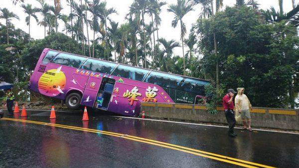 嘉义游览车滑落路旁 后轮腾空10乘客轻伤