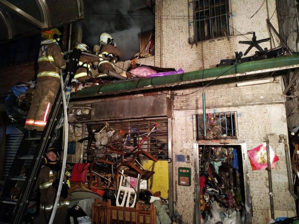 5层楼堆20顿回收物闷烧 基隆暗夜恶火酿2死