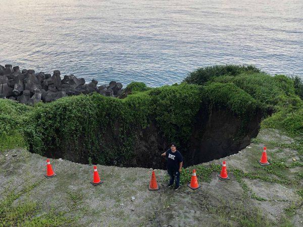海蚀裂缝浪冲刷 花莲海岸高地现天坑