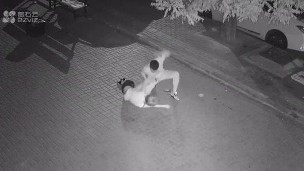 大连女半夜疑遭陌生男莫名暴殴 引发网络声讨