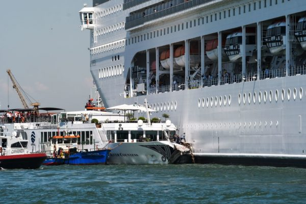 大邮轮失控 撞上威尼斯码头观光船酿5伤