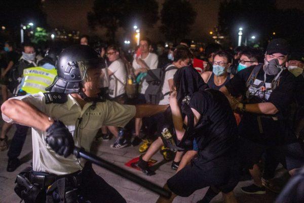 《即日视评》香港瘫痪警方暴力清场电台司机中弹昏迷