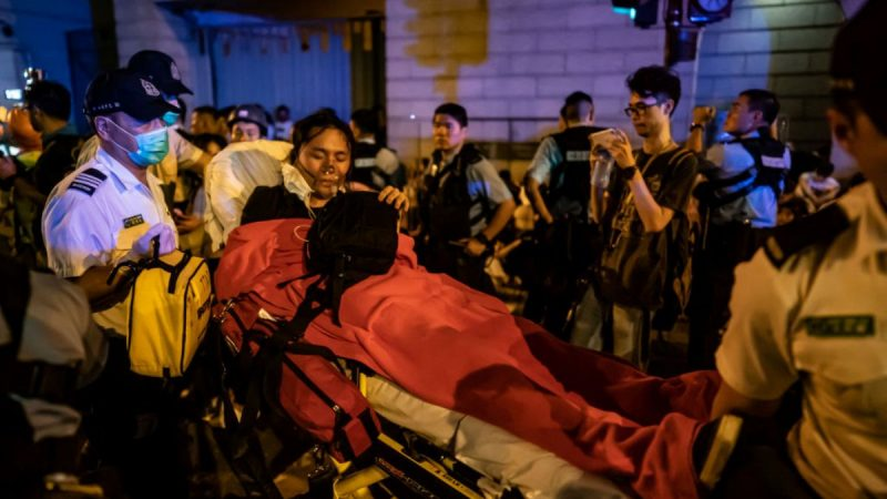 香港立法委凌晨冲突 警员殴打示威者影片曝光(视频)