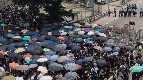 包圍立法會直播回放:萬人示威港警開槍 有人中彈吐血