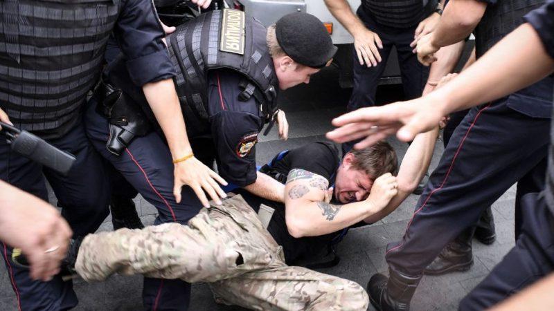 俄声援反贪腐记者游行 逾400人被捕