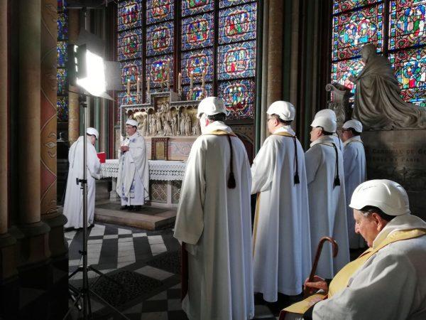 大火后首场弥撒 巴黎圣母院参与者要戴安全帽