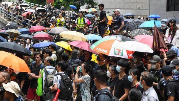香港学生包围政府大楼 促林郑回应4诉求