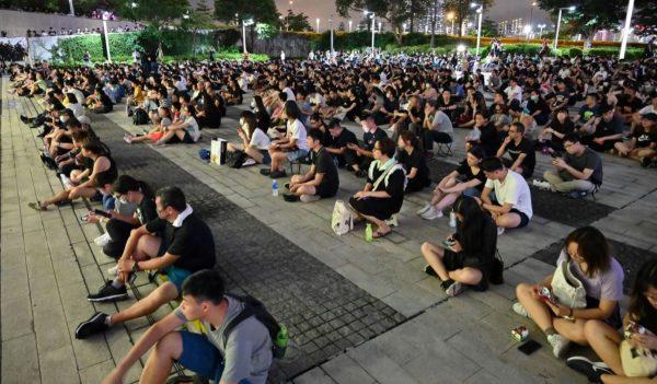 香港數十名前高官議員聯署 促港府撤修例平民憤