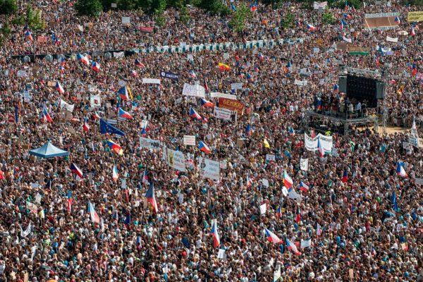 捷克总理疑诈领案 约25万人示威要求下台