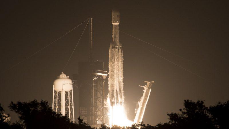 SpaceX猎鹰重型火箭送24颗卫星升空