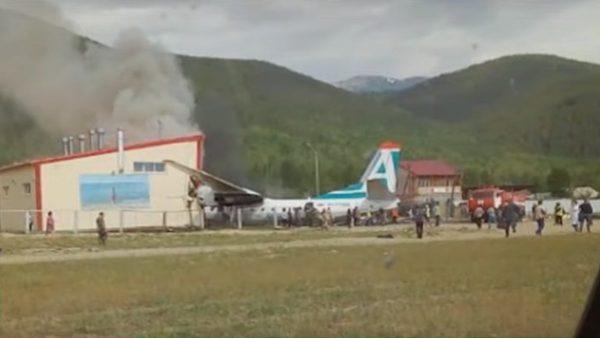 俄罗斯客机迫降冲出跑道起火 酿2死7伤